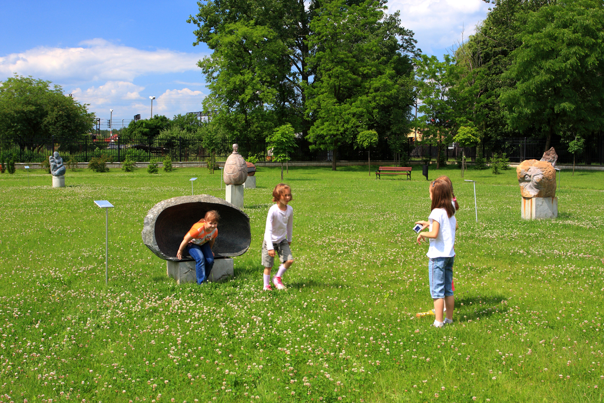 Send kids outside to prevent nearsightedness for Childrens play yard